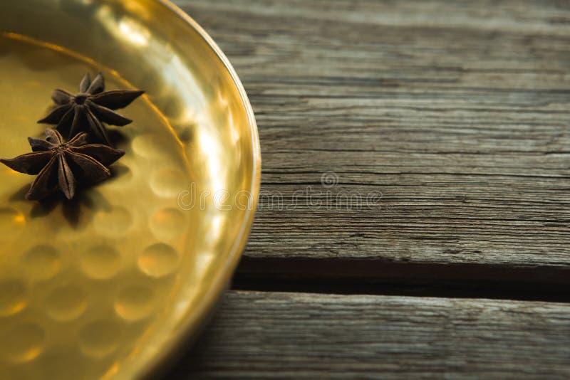 Γλυκάνισο αστεριών στο χρυσό πιάτο στοκ φωτογραφίες