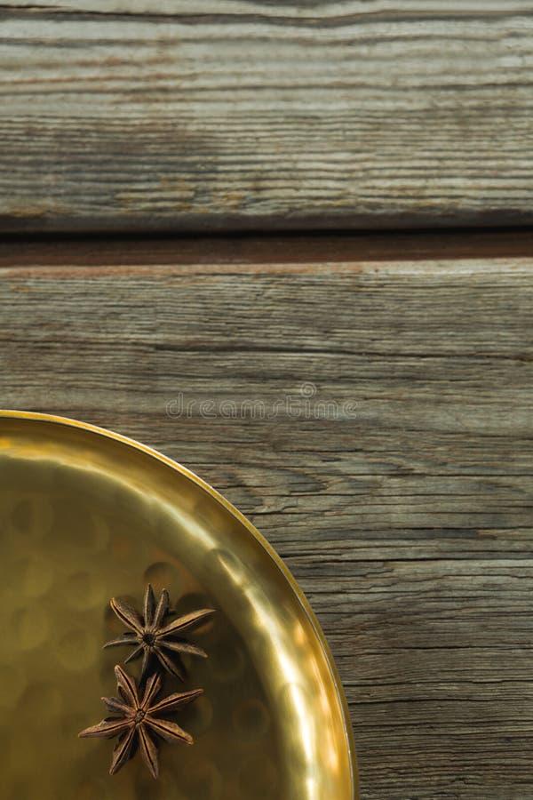 Γλυκάνισο αστεριών στο χρυσό πιάτο στοκ εικόνα με δικαίωμα ελεύθερης χρήσης