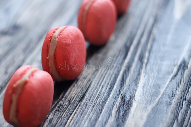Γλυκά και ζωηρόχρωμα γαλλικά macaroons στοκ εικόνες