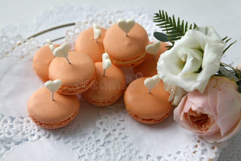 Γλυκά και μπουτοννιέρες με τριαντάφυλλα στοκ εικόνα