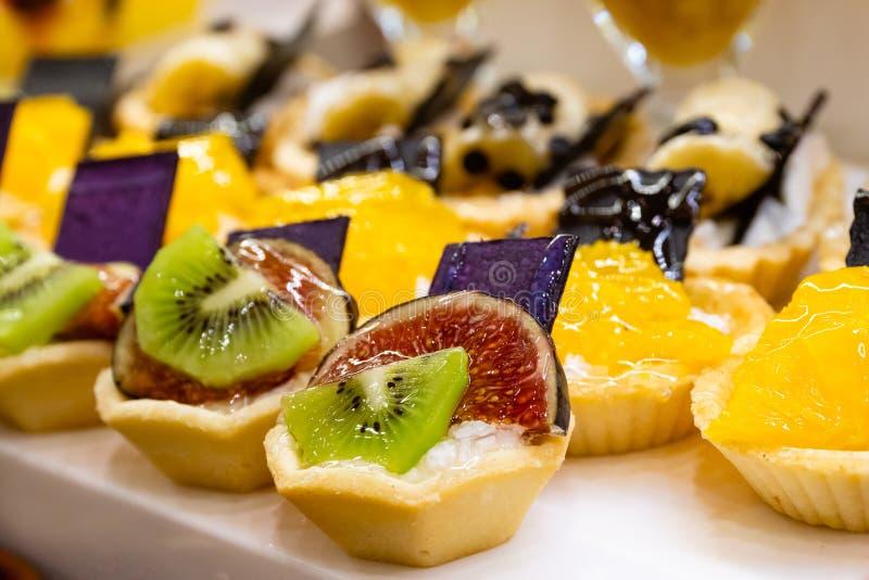 Γλυκά με τα φρούτα στοκ εικόνα με δικαίωμα ελεύθερης χρήσης