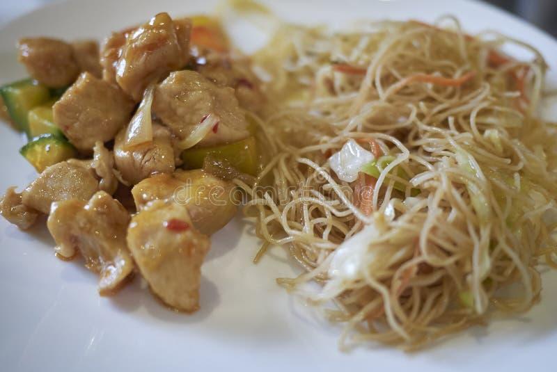 Γλυκά ξινά νουντλς κοτόπουλου και ρυζιού με τα λαχανικά στοκ εικόνες