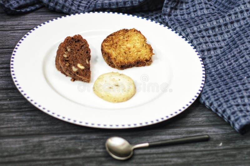 Γλυκά στο άσπρο πιάτο στοκ εικόνα με δικαίωμα ελεύθερης χρήσης