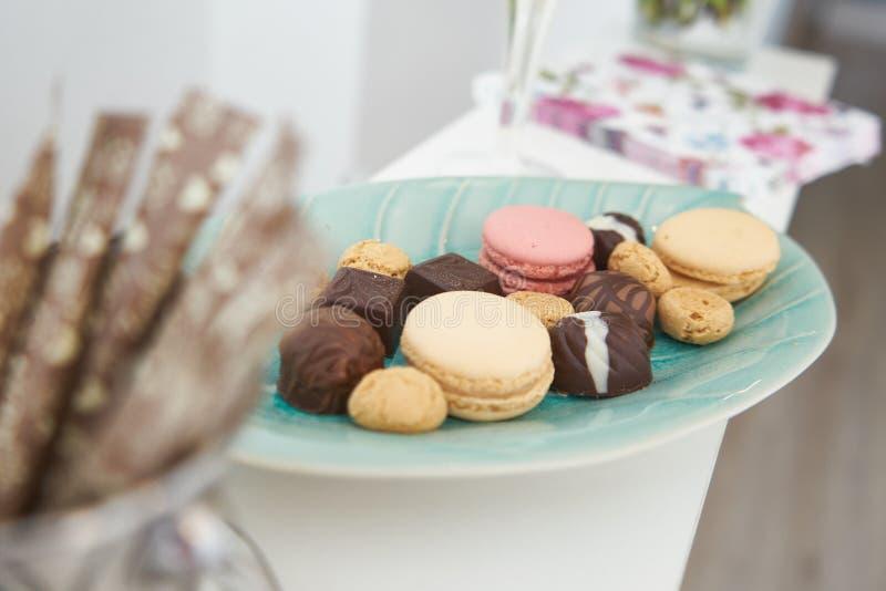 Γλυκά στο πιάτο στοκ εικόνα με δικαίωμα ελεύθερης χρήσης