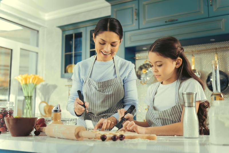 Γλυκά συμπαθητικά μπισκότα οικογενειακού ψησίματος στην κουζίνα στοκ φωτογραφία με δικαίωμα ελεύθερης χρήσης