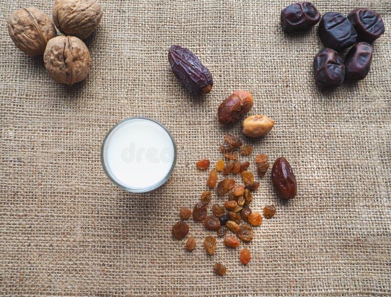 Γλυκά τρόφιμα για ramadan Εννοιολογική φωτογραφία των τροφίμων Ramadan: φοίνικας και γάλα ημερομηνιών στοκ εικόνα