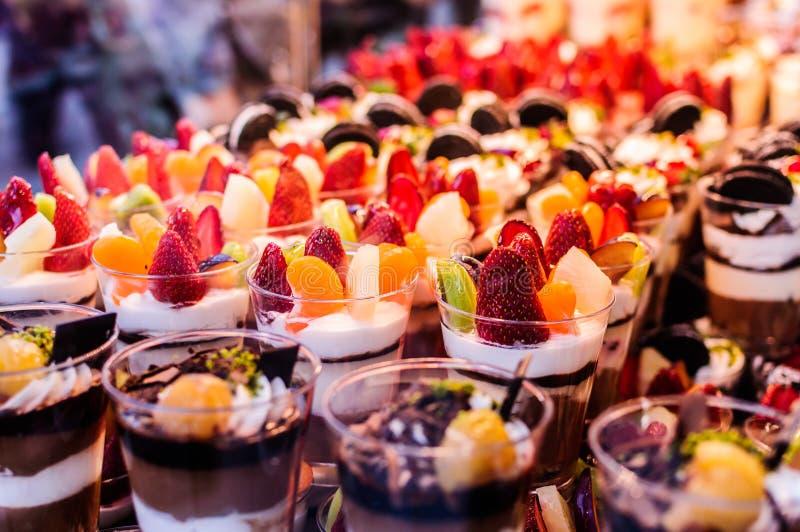 Γλυκά φλυτζάνια καταφερτζήδων με τη σοκολάτα και τα φρούτα στοκ φωτογραφία