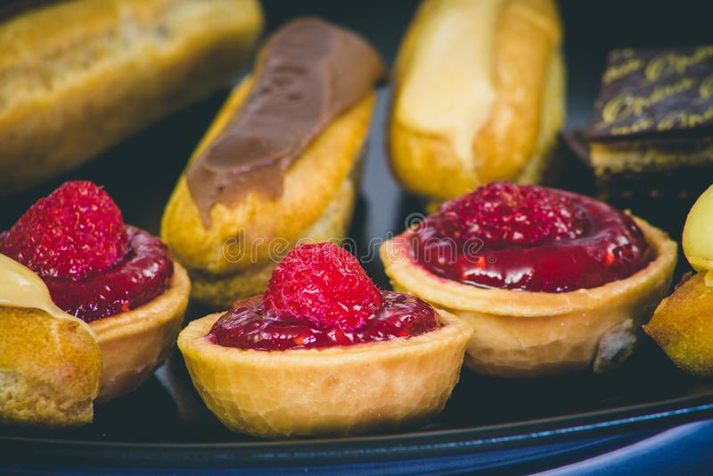 Γλυκά petits fours στοκ εικόνα με δικαίωμα ελεύθερης χρήσης
