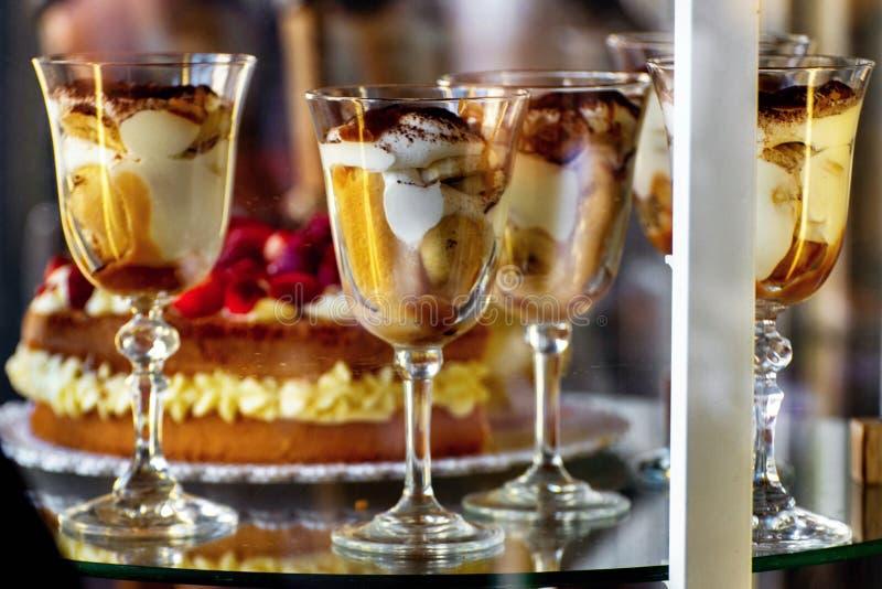 Γλυκές κρέμες goblets στην προθήκη γυαλιού στοκ φωτογραφία με δικαίωμα ελεύθερης χρήσης