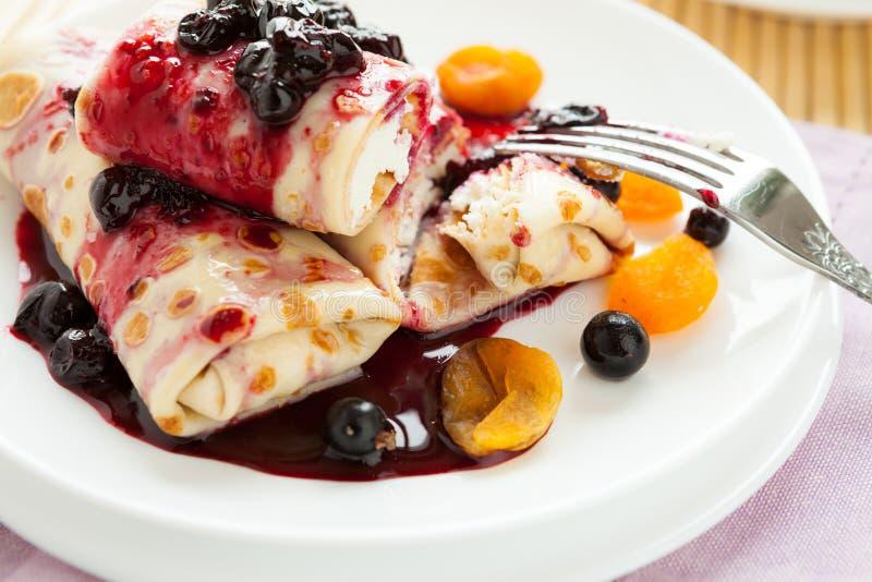 Γλυκές τηγανίτες με το τυρί και τη μαρμελάδα εξοχικών σπιτιών στην κορυφή στοκ εικόνες με δικαίωμα ελεύθερης χρήσης