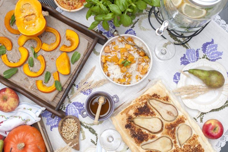 Γλυκές, ψημένες κολοκύθα και πίτα με το αχλάδι Γεύμα φθινοπώρου για ολόκληρη την οικογένεια διάστημα αντιγράφων στοκ φωτογραφίες