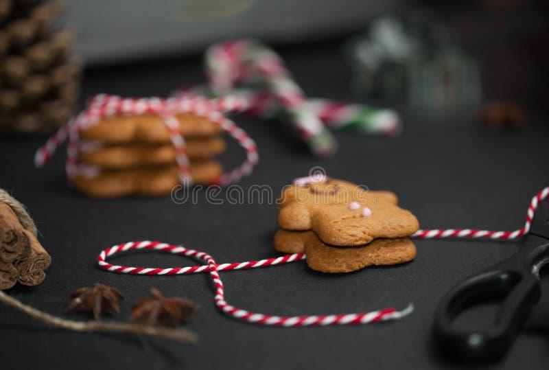 Γλυκιά έννοια δώρων Χριστουγέννων: gingerman μπισκότα, pinecones, cand στοκ φωτογραφίες με δικαίωμα ελεύθερης χρήσης