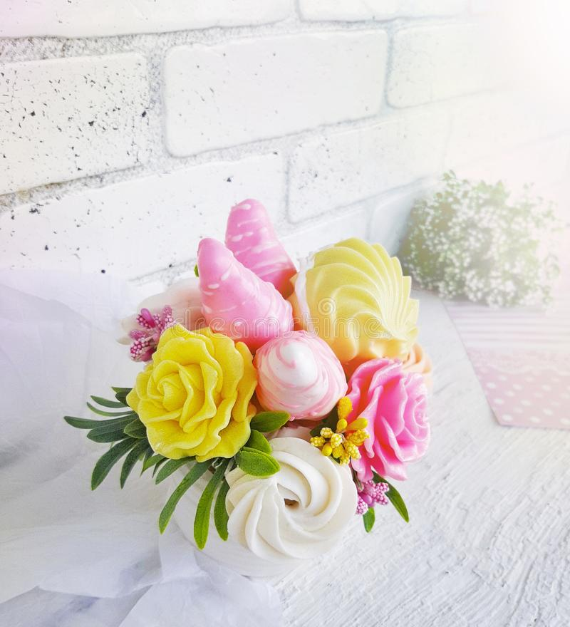 Γλυκιά ανθοδέσμη καραμελών με τις φράουλες σοκολάτας και τα τριαντάφυλλα αμυγδαλωτού στο άσπρο θολωμένο υπόβαθρο στοκ φωτογραφία με δικαίωμα ελεύθερης χρήσης