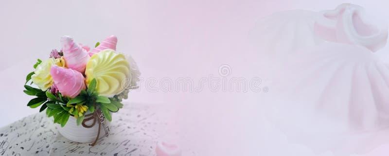 Γλυκιά ανθοδέσμη καραμελών στο ρόδινο θολωμένο υπόβαθρο στοκ εικόνα