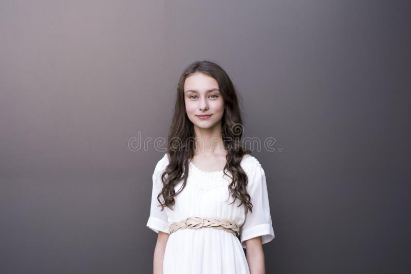 Γλυκιά γυναίκα με το λαμπρό κυματιστό hairstyle στοκ φωτογραφία