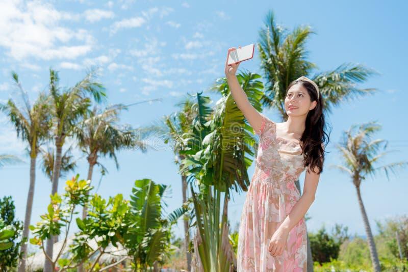 Γλυκιά γυναίκα που πηγαίνει στο τροπικό ταξίδι έθνους στοκ εικόνες με δικαίωμα ελεύθερης χρήσης