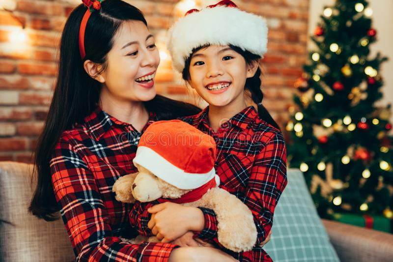 Γλυκιά καλή οικογένεια που αγκαλιάζει τα Χριστούγεννα εορτασμού στοκ εικόνα