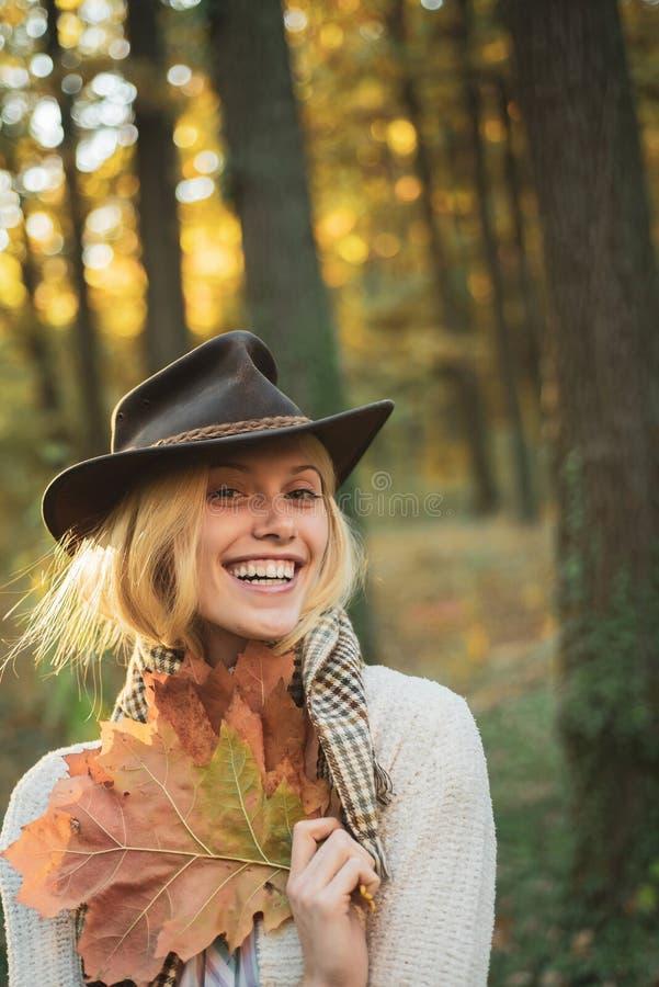 Γλυκιά νέα αισθησιακή προκλητική γυναίκα που περπατά στο πάρκο φθινοπώρου Φθινοπωρινή τάση μόδας Γυναίκα φθινοπώρου που έχει τη δ στοκ εικόνες
