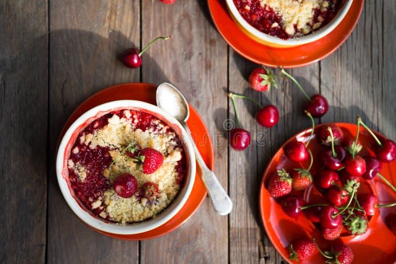 Γλυκιά πίτα θίχουλο με τις φράουλες Θερινή φράουλα ξινή με το θίχουλο στοκ εικόνες