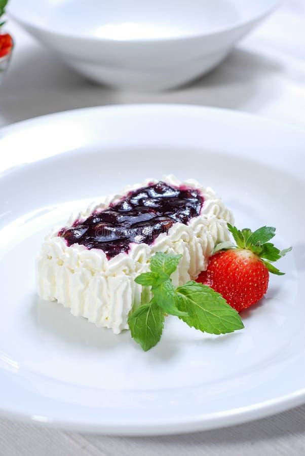 Γλυκιά σάλτσα βακκινίων με το κέικ και τη φράουλα κρέμας στοκ φωτογραφίες με δικαίωμα ελεύθερης χρήσης