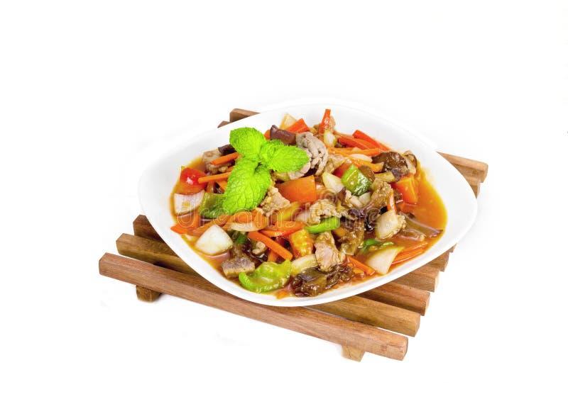Γλυκόπικρη σάλτσα που τηγανίζεται με το χοιρινό κρέας στο ξύλινο υπόβαθρο στοκ φωτογραφίες με δικαίωμα ελεύθερης χρήσης