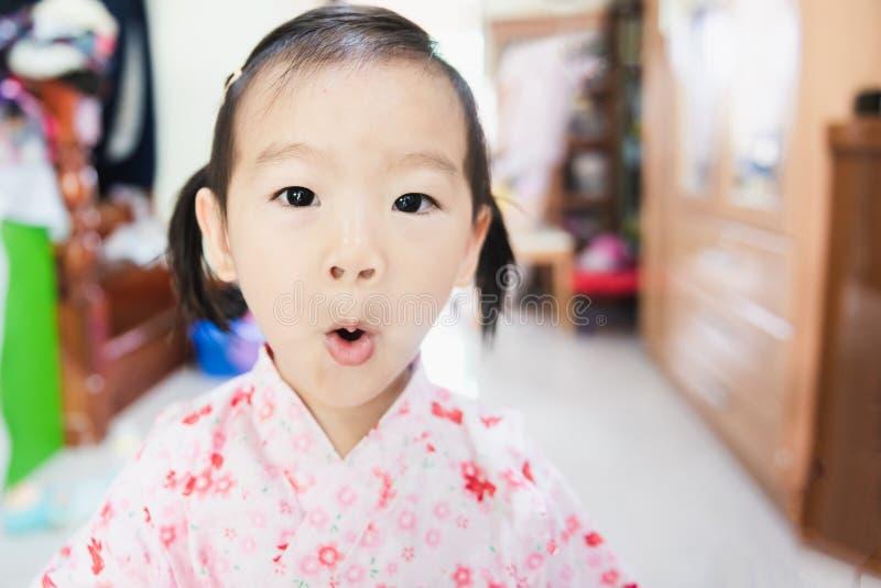 Γλυκός Ασιάτης λίγη έκπληξη παιδιών με το στρογγυλό στόμα στοκ εικόνες με δικαίωμα ελεύθερης χρήσης