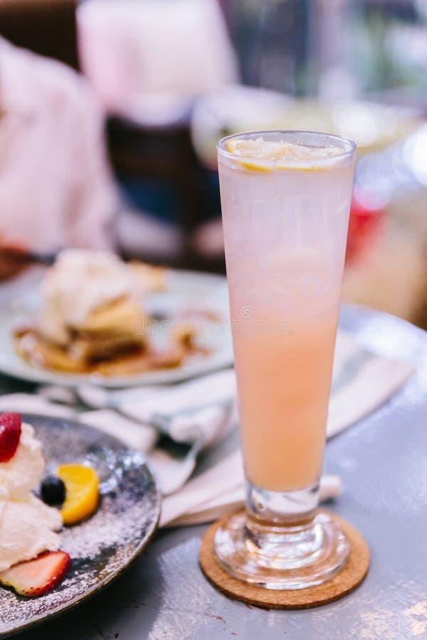 Γλυκό αναζωογονώντας κάλυμμα διατρήσεων φρούτων με τεμαχισμένος του λεμονιού στοκ εικόνες