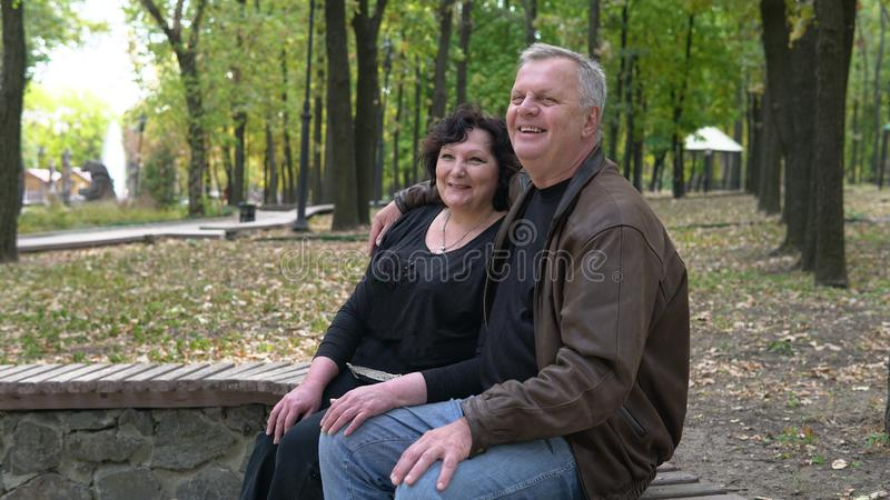 Γλυκό ζευγάρι που χαλαρώνει στο πάρκο το φθινόπωρο Έννοια του ηλικιωμένου τρόπου ζωής στοκ εικόνα με δικαίωμα ελεύθερης χρήσης