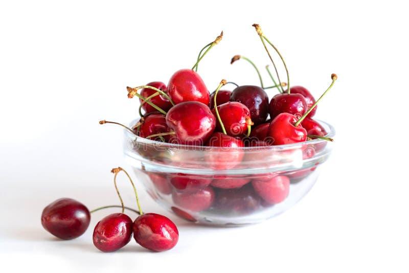 Γλυκό κεράσι σε ένα πιάτο γυαλιού σε ένα άσπρο υπόβαθρο Juicy, νόστιμα φρούτα στοκ φωτογραφίες με δικαίωμα ελεύθερης χρήσης
