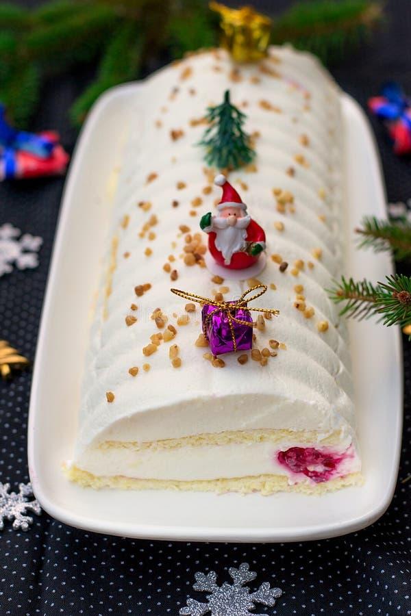 Γλυκό κούτσουρο Yule κέικ Χριστουγέννων με το τυρί κρέμας, το mascarpone και τα σμέουρα στοκ εικόνες