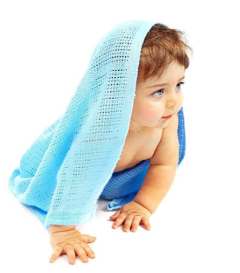 Γλυκό λίγη καλυμμένη αγοράκι μπλε πετσέτα στοκ φωτογραφία με δικαίωμα ελεύθερης χρήσης