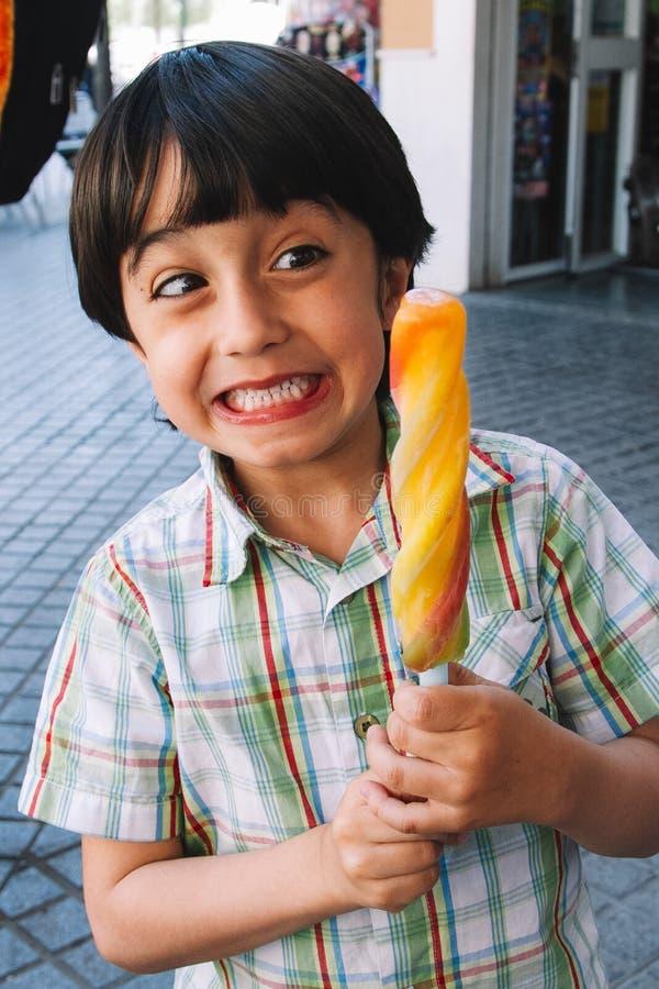 Γλυκό λίγο παιδί, αγόρι, που τρώει το παγωτό στοκ φωτογραφίες