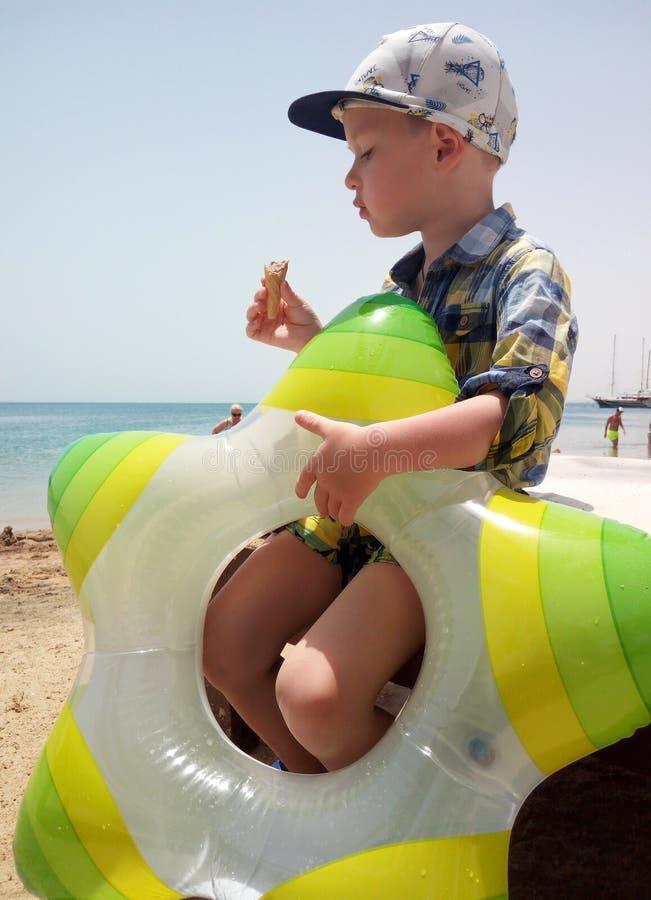 Γλυκό λίγο παιδί, αγόρι, που τρώει το παγωτό στοκ εικόνες