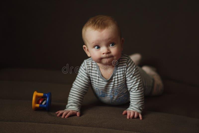 Γλυκό μωρό με το παιχνίδι στοκ εικόνες
