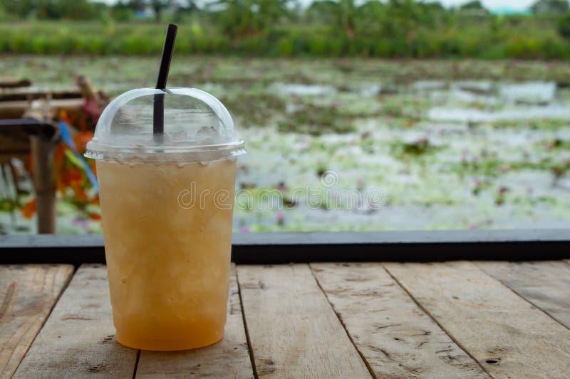 Γλυκό νερό από το φοίνικα ζάχαρης στον πίνακα στοκ φωτογραφία