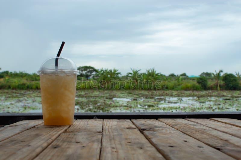 Γλυκό νερό από το φοίνικα ζάχαρης στον πίνακα στοκ εικόνες με δικαίωμα ελεύθερης χρήσης