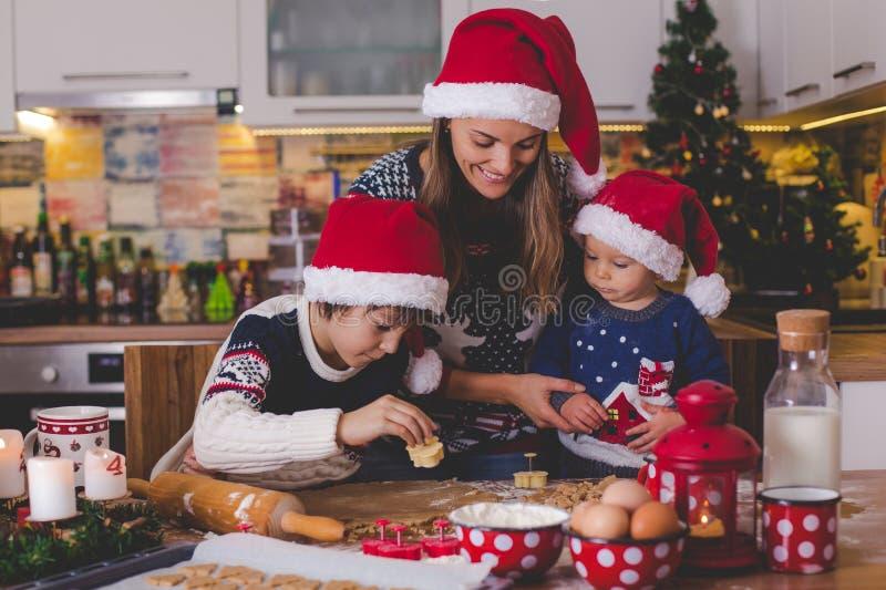 Γλυκό παιδί μικρών παιδιών και ο παλαιότερος αδελφός του, αγόρια, που βοηθούν τη μαμά π στοκ φωτογραφία