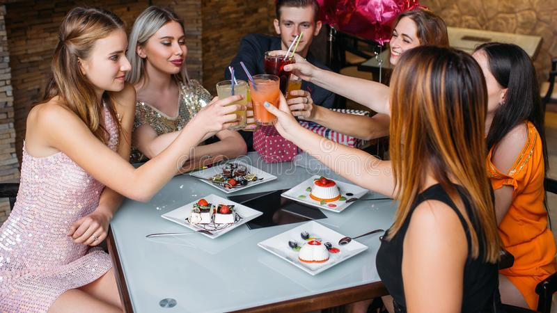 γλυκό συμβαλλόμενων μερών τροφίμων εορτασμού κέικ γενεθλίων ευτυχής φρυγανιά στοκ εικόνες