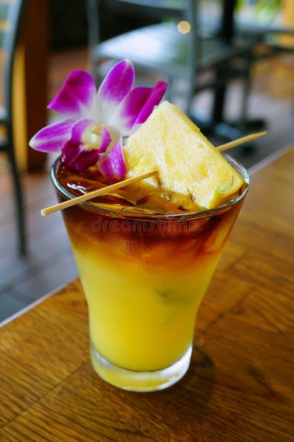 Γλυκό της Χαβάης κοκτέιλ της Mai Tai με ένα λουλούδι ορχιδεών στοκ εικόνες