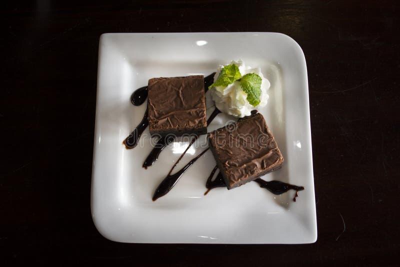 Γλυκό brownie πρόχειρων φαγητών επιδορπίων κέικ στο πιάτο στην τοπική καφετερία για τους ταϊλανδικούς λαούς και την ξένη ταξιδιωτ στοκ φωτογραφία με δικαίωμα ελεύθερης χρήσης