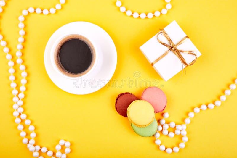 Γλυκό macaroon επιδορπίων, καφές, δώρα στοκ εικόνες