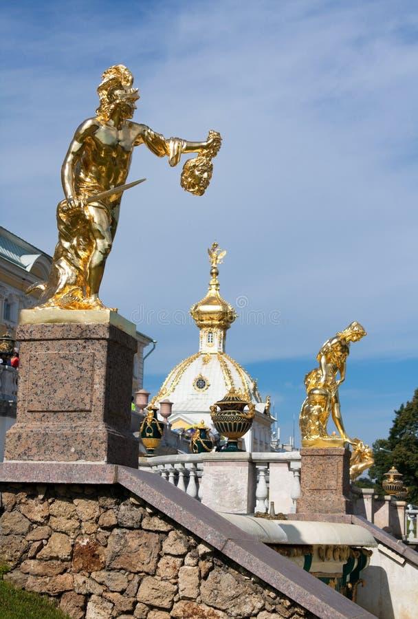 Γλυπτά των μεγάλων πηγών καταρρακτών σε Peterhof στοκ φωτογραφίες με δικαίωμα ελεύθερης χρήσης