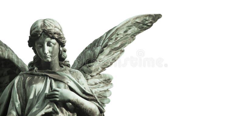 Γλυπτό αγγέλου φυλάκων με τα ανοικτά μακριά φτερά αποκορεσμένα που απομονώνει στο ευρύ υπόβαθρο εμβλημάτων πανοράματος το κενό δι στοκ φωτογραφία