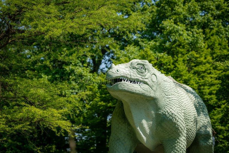 Γλυπτό δεινοσαύρων σε ένα δημόσιο πάρκο στοκ φωτογραφίες