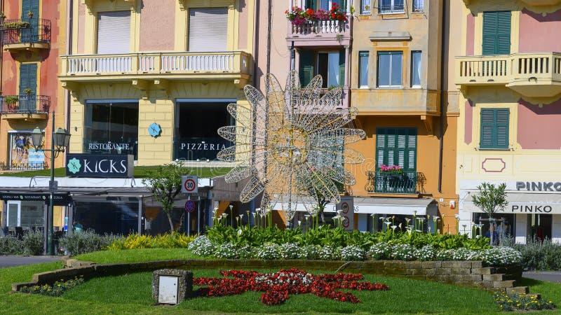 Γλυπτό λουλουδιών καλωδίων και κρεβάτια λουλουδιών κατά μήκος του περιπάτου σε Santa Margherita Ligure, Ιταλία στοκ εικόνα με δικαίωμα ελεύθερης χρήσης