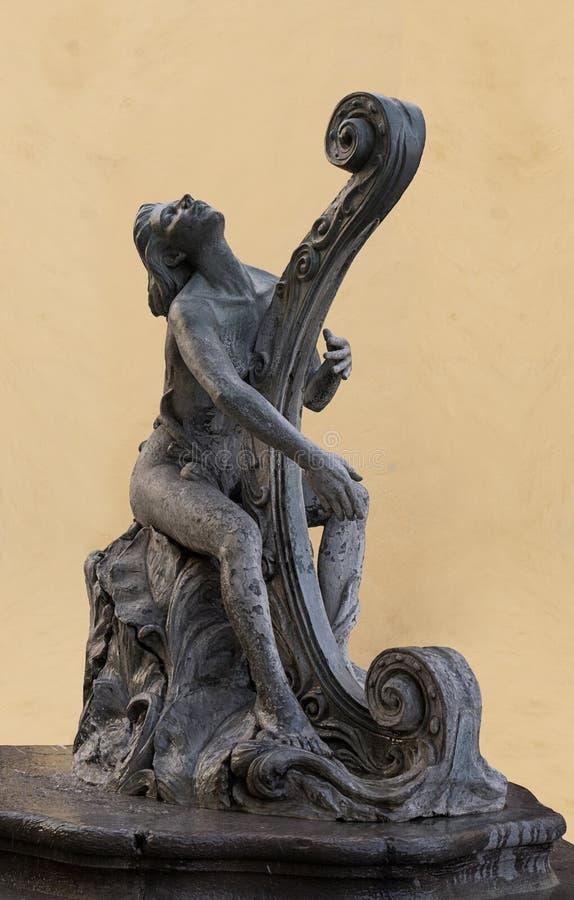 Γλυπτό μιας γυναίκας που παίζει μια άρπα στοκ φωτογραφία