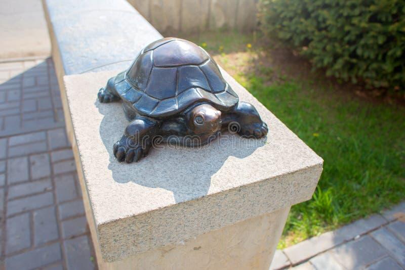 Γλυπτό μιας χελώνας σε ένα στηθαίο στοκ εικόνες με δικαίωμα ελεύθερης χρήσης