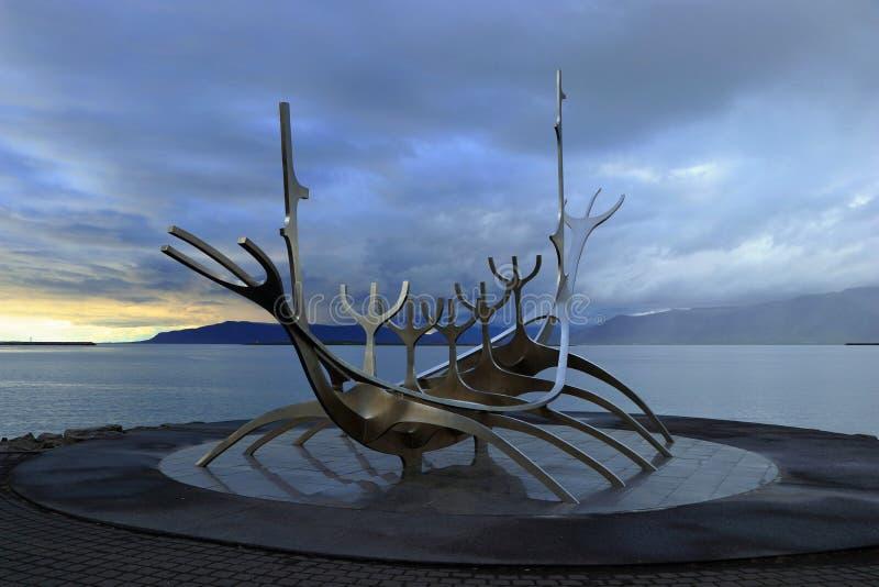 Γλυπτό ταξιδιωτών ήλιων στο δραματικό φως βραδιού, Ρέικιαβικ, Ισλανδία στοκ φωτογραφίες με δικαίωμα ελεύθερης χρήσης