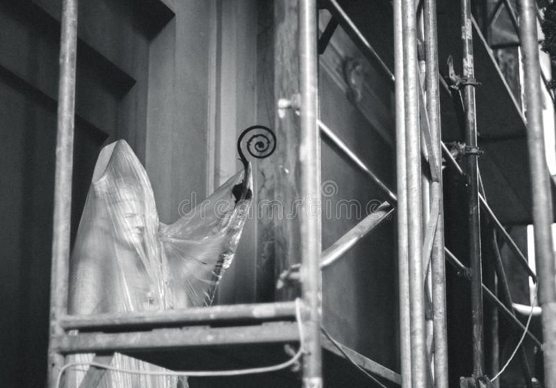 Γλυπτό του παπά του John Paul II πίσω από το προστατευτικό φύλλο αλουμινίου στην εκκλησία στοκ εικόνες