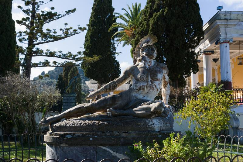 Γλυπτό του πεθαίνοντας Αχιλλέα στον κήπο του παλατιού Achilleion στο νησί της Κέρκυρας, Ελλάδα στοκ εικόνες